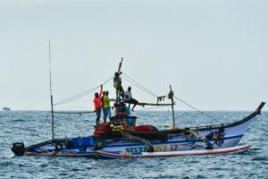 Компания в рыбацкой лодке