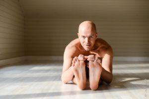 Преподаватель по йоге Сергей Нежданов