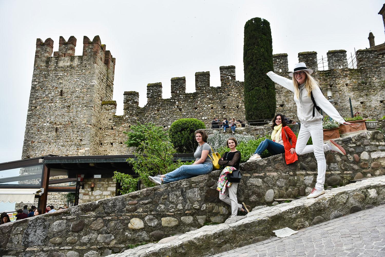 Старинный замок Scaligero в городе Сирмионе