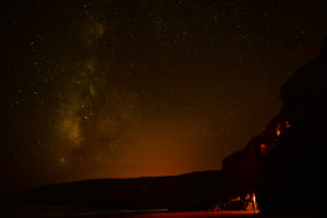 С пляжа ночью можно увидеть миллион звезд на небе и светящийся планктон в песке