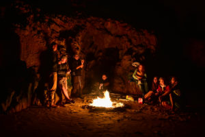 Костер в пещере на пляже создает такое умиротворение