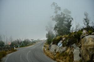А иногда на вершину горы наползает вот такой мистический туман