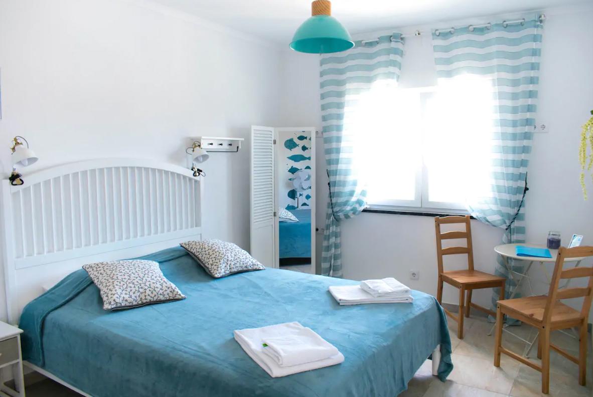 А есть и просторные комнаты с кроватями дабл для пар