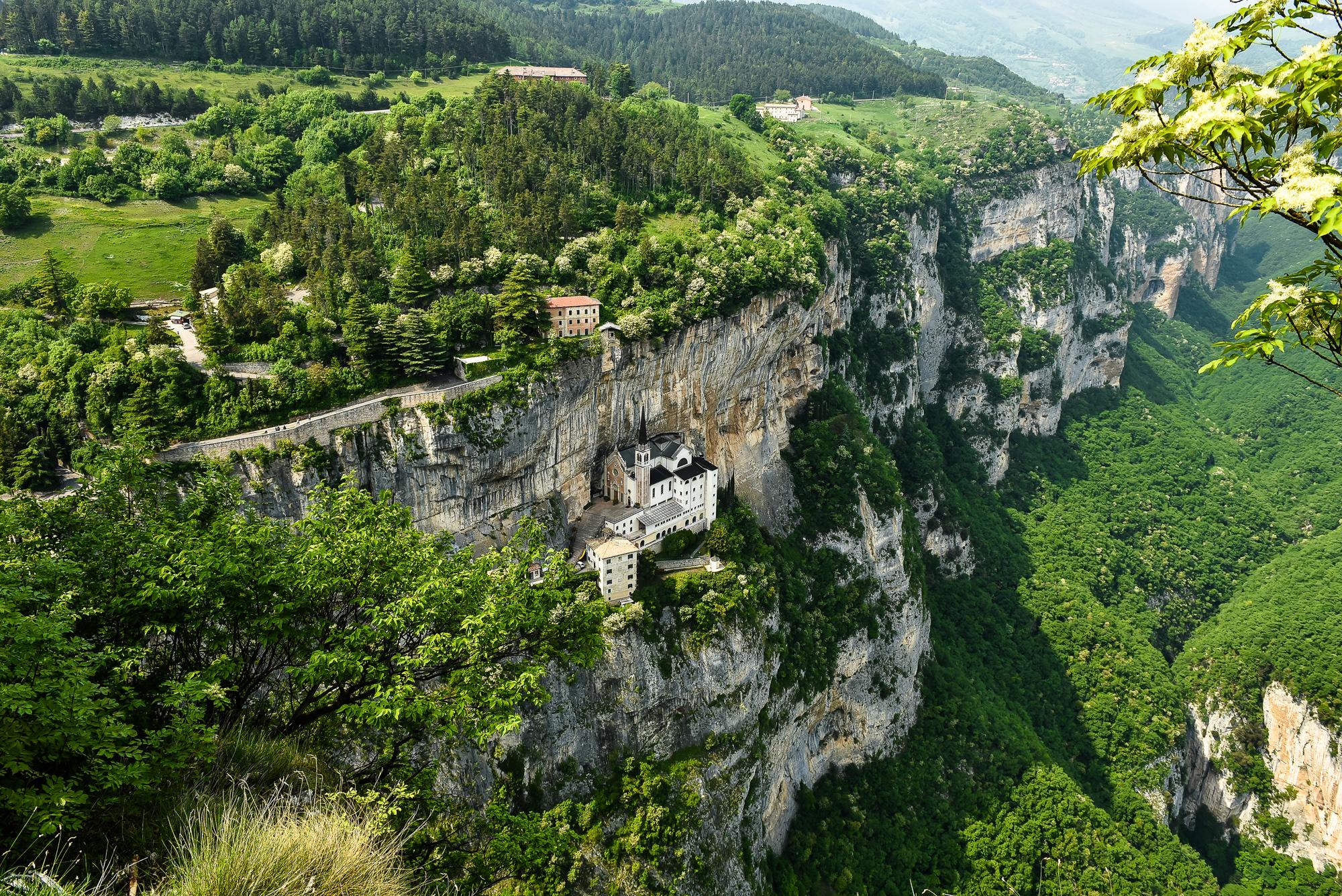 Церковь в скале - удивительное зрелище