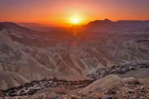 Закат в пустыне Негев в Израиле
