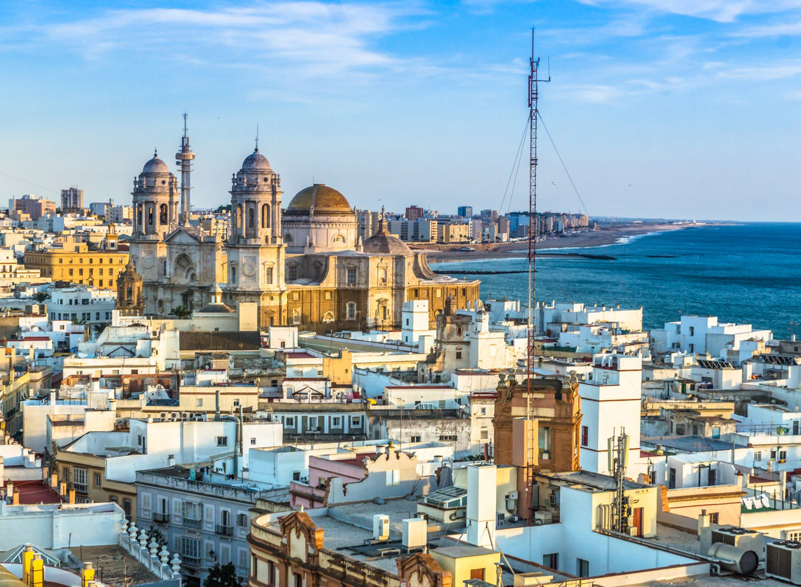 Город Cadiz на побережье, между Атлантическим океаном и Средиземным морем